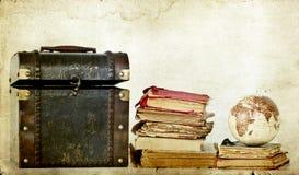 Vecchia scatola, libri d'annata e terra del globo Immagine Stock