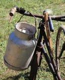 Vecchia scatola metallica del latte usata dagli agricoltori per portare latte fresco Fotografia Stock