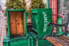 Vecchia scatola verde d'annata per le bevande di alkohol o la soda, accessori decorativi Fotografie Stock Libere da Diritti