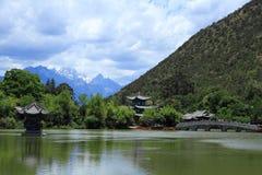 Vecchia scena nera della città di Dragon Pool Park-Lijiang fotografie stock
