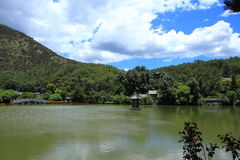 Vecchia scena nera della città di Dragon Pool Park-Lijiang immagine stock