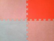 Vecchia schiuma variopinta o bordo molle variopinto di gomma e del pavimento con lo spazio della copia fotografie stock libere da diritti