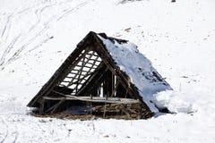 Vecchia scuderia rovinata sotto neve Fotografia Stock