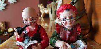 Vecchia scultura della bambola delle coppie fotografie stock