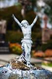 Vecchia scultura metallica dipinta rotta della croce legata con cavo Immagini Stock