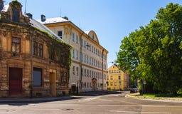 Vecchia scuola sulla via 5 Kvetna immagini stock libere da diritti