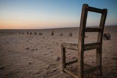 Vecchia, sedia alla moda e di legno sulla spiaggia con il tramonto Immagine Stock Libera da Diritti