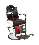 Vecchia sedia di barbiere isolata su bianco con il percorso di ritaglio fotografia stock
