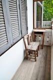 Vecchia sedia di legno sul terrazzo. immagini stock libere da diritti