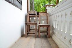 Vecchia sedia di legno sul terrazzo. fotografia stock