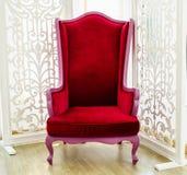 Vecchia sedia rossa d'annata nella stanza bianca Immagine Stock Libera da Diritti