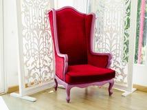 Vecchia sedia rossa d'annata nella stanza bianca Immagini Stock Libere da Diritti