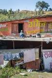 Vecchia seduta nepalese sul tetto fotografia stock libera da diritti
