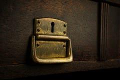 Vecchia serratura arrugginita in un cassetto di legno Immagini Stock Libere da Diritti
