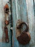 Vecchia serratura che appende sulla porta di legno Immagini Stock