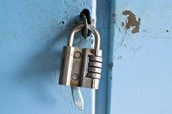 Vecchia serratura a combinazione sulla porta Fotografie Stock Libere da Diritti