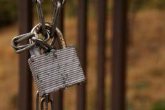 Vecchia serratura con la catena Fotografie Stock Libere da Diritti