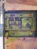 Vecchia serratura del ferro in una porta del garage del metallo Fotografia Stock Libera da Diritti