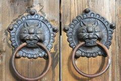 Vecchia serratura di portello di legno Immagini Stock
