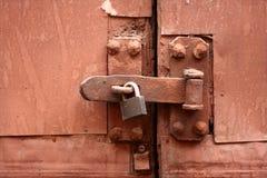 Vecchia serratura, fermo e cancello arrugginito Fotografia Stock Libera da Diritti