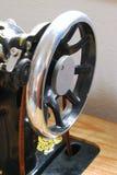 Vecchia sezione nera nostalgica della testa della puleggia della macchina per cucire fotografie stock libere da diritti