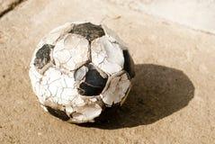 Vecchia sfera di calcio (gioco del calcio) Fotografia Stock Libera da Diritti