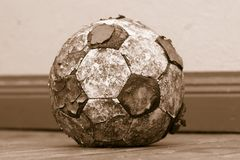 Vecchia sfera di calcio laida Immagini Stock Libere da Diritti