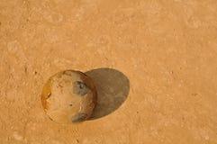 Vecchia sfera di calcio su terra Fotografie Stock Libere da Diritti