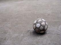 Vecchia sfera di gioco del calcio Fotografia Stock
