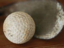 Vecchia sfera di golf dell'annata con il randello Fotografia Stock Libera da Diritti
