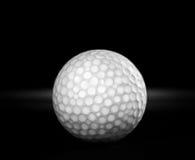 Vecchia sfera di golf usata su priorità bassa nera Fotografie Stock Libere da Diritti