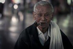 vecchia sigaretta del fumo dell'uomo di lunedì Immagine Stock Libera da Diritti