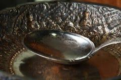 Vecchia siviera d'argento messa sul vassoio Fotografia Stock Libera da Diritti