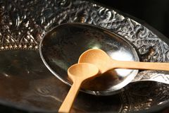 Vecchia siviera d'argento messa sul vassoio Fotografie Stock