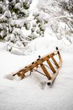Vecchia slitta di legno in neve profonda fotografia stock libera da diritti