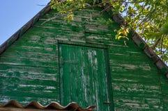 Vecchia soffitta verde sul tetto Il tetto di vecchia casa contro il cielo blu Fotografia Stock Libera da Diritti