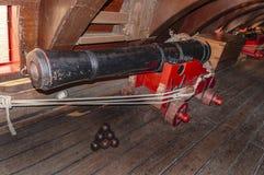 Vecchia sottocoperta dei cannoni della nave della vela fotografie stock libere da diritti