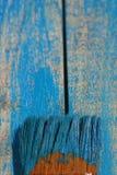 Vecchia spazzola su una vecchia tavola blu Fotografie Stock