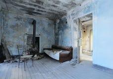 Vecchia stanza blu abbandonata Immagini Stock