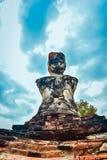 Vecchia statua buddista sul vecchio fondo della pagoda Immagini Stock Libere da Diritti