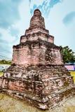 Vecchia statua buddista sul vecchio fondo della pagoda Fotografie Stock