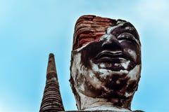 Vecchia statua buddista sul vecchio fondo della pagoda Immagine Stock Libera da Diritti