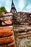Vecchia statua buddista sul vecchio fondo della pagoda Fotografia Stock