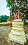 Vecchia statua buddista sul vecchio fondo della pagoda Immagine Stock