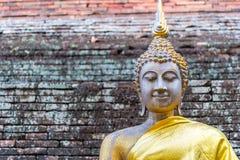 Vecchia statua di Buddha con il fondo del muro di mattoni Fotografie Stock Libere da Diritti