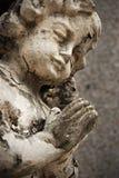 Vecchia statua di sbriciolatura di angelo del Cherub Fotografia Stock