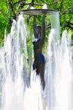 Vecchia statua nel parco della città di Hissar in Bulgaria Fotografia Stock