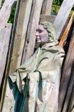 Vecchia statua in un'iarda di ciarpame Immagini Stock Libere da Diritti