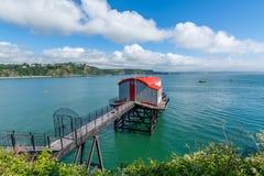 Vecchia stazione costiera della lancia di salvataggio alla città della spiaggia di Tenby Fotografia Stock