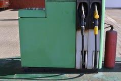 Vecchia stazione di benzina ed estintore rosso fotografie stock
